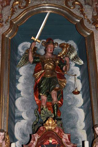 San Miguel Arcángel pesando las armas de los difuntos
