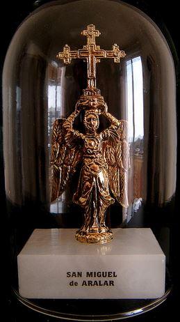 San Miguel Arcángel sosteniendo la cruz