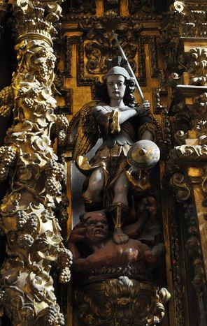 San Miguel Arcángel pisando al demonio