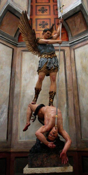 San Miguel Arcángel enviando al infierno a Satanas