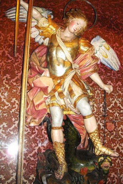 Arcángel Miguel derrotando al dragón