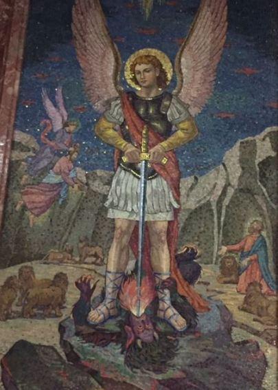 Arcángel Miguel venciendo con su espada a Lucifer