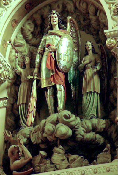 San Miguel Arcángel con su espada y su escudo