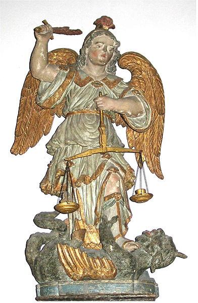 San Miguel Arcángel con su espada y su balanza venciendo a la bestia