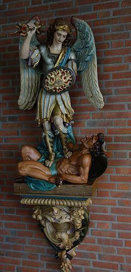 El Príncipe de la milicia celestial luchando contra Lucifer