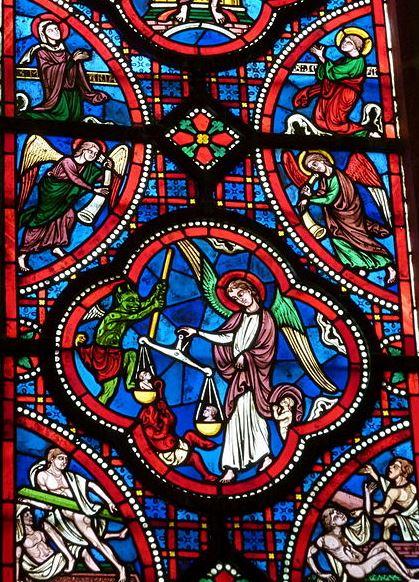 Vitral de San Miguel pesando almas