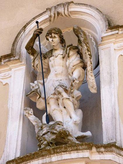 miguel-arcangel-pisando-al-dragon