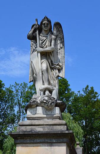 escultura-del-arcangel-miguel-atacando-a-satanas