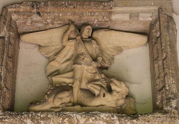escultura-de-san-miguel-en-batalla-contra-el-dragon
